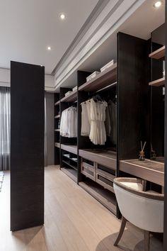 [ 드레스룸 ]  -  오픈형 수납장을 구성, 커튼이나 거울취부된 도어를 통해 공간을 가려 프라이빗한 공간으로 구성 가능