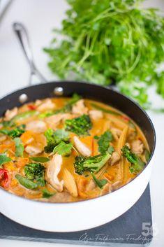 Kycklingwok i röd curry - 56kilo.se - En mat & Inspirationsblogg Thai Recipes, Asian Recipes, Chicken Recipes, Healthy Fats, Healthy Choices, Extreme Diet, Vegetable Dishes, Wok, Food Porn