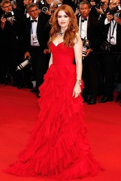 The Great Gatsby premiere – May 15 2013  Isla Fisher arrived in an Oscar de la Renta red tiered gown and Bulgari Heritage Collection jewellery.