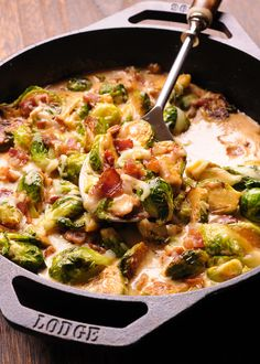 Creamy Bacon Brussels Sprouts with Mozzarella are so irresistible. What's even better is that it takes less than 30 minutes to make this flavorful dish! Bacon and Brussels Sprouts are such a classic ingredient combination! Creamy Brussel Sprouts, Freezing Brussel Sprouts, Brussel Sprout Salad, Sprouts With Bacon, Brussels Sprouts, Sprouts Salad, Mozzarella, Keto Side Dishes, Veggie Dishes