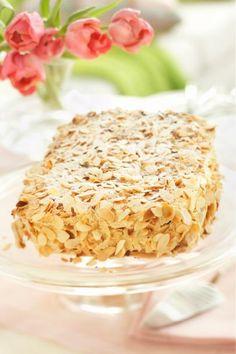 Presidentin puolison mukaan nimensä saanut Ellen Svinhufvudin kakku hurmaa rapeuden, makeuden ja täyteläisyyden yhdistelmällä! Rapsakat ja kuohkeat marenkipohjat, maukkaat mantelilastut ja suussasulava mokkakreemi kietoutuvat tässä kakussa yhteen muodostaen ihanan kokonaisuuden. Kokeile sinäkin! Finnish Recipes, Sweet Bakery, Just Eat It, Sweet Pastries, Xmas Food, Baking And Pastry, Piece Of Cakes, Gluten Free Baking, No Bake Desserts