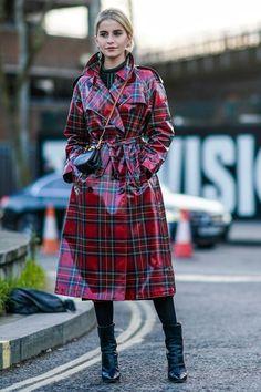 Burberry laminated trench coats London Fashion Week street style Dramatic Powder Room Makeovers Your Green Raincoat, Raincoat Jacket, Pvc Raincoat, Hooded Raincoat, Black Rain Jacket, North Face Rain Jacket, Rain Jacket Women, Raincoats For Women, Toddler Girls