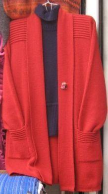 Elegante rote #Strickjacke aus #Alpakawolle gestrickt. Der Königin der Wollarten. Genießen Sie den puren Luxus dieser federleichten Wolle