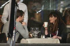 """Silence, ça tourne ! Jamie Dornan et Dakota Johnson ont été aperçus sur le tournage du deuxième volet de la saga """"Fifty Shades of Grey"""", en train de jouer une scène romantique !"""