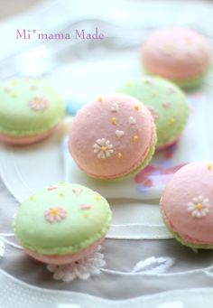 ♥darling macarons decorated so beautifully
