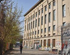Seks, drugs en techno: deze man beslist of je de beruchtste nachtclub van Berlijn binnenmag   Citytrips   De Morgen