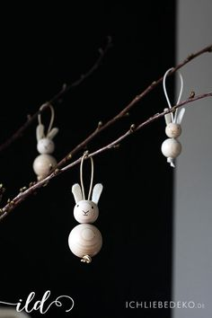 schlichte Osterhasen aus Holzkugeln als Osterdeko im Skandi-Look autour du tissu déco enfant paques bébé déco mariage diy et crochet Wooden Crafts, Wooden Diy, Happy Easter, Easter Bunny, Easter Food, Easter Dinner, Diy For Kids, Crafts For Kids, Love Decorations