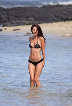 Megan Fox bañándose en la playa
