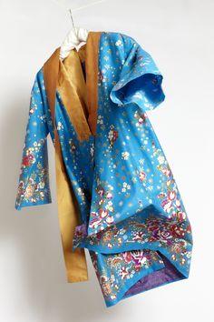 Yukata - Tageskimono - Hellblau Light blue and gold Gefüttert mit Österreichischem Dirndlstoff. Gürtel. Innentaschen Yukata, Kimono Top, Gold, Fashion, Lounges, Light Blue, Bags, Ideas, Moda