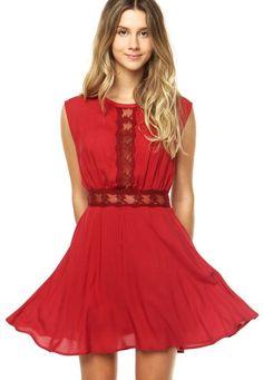 Vestido Colcci vermelho com detalhes rendados vazados. Tem modelagem evasê, mangas curtas, decote redondo e fecho atrás por zíper. Confeccionado em tecido macio, que oferece conforto.