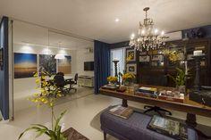Office. Divisória em vidro. Sala de reunião. Detalhes. Flores no escritório. Composição azul.