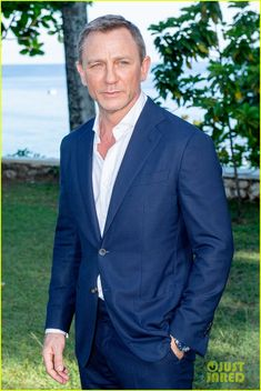 Daniel Craig & 'Bond Team Celebrate Film Launch in Jamaica!: Photo Daniel Craig is dapper in a suit while attending the film launch for the upcoming James Bond – which is currently being called Bond 25 – held at Ian Fleming's… Hollywood Men, The Hollywood Reporter, Rachel Weisz, Daniel Craig Bond, James Bond Suit, Michael Fassbender And Alicia Vikander, Daniel Graig, Best Bond, Z Cam