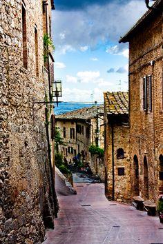 Rua em San Gimignano, cidade pequena e medieval, murada, na província de Siena, região da Toscana, na Itália. 682px-¿Estas_en_casa?_(5134858571).jpg (682×1023)