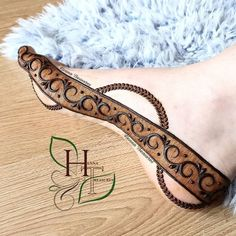 This pattern fits sooo perfectly over the curves of the feet 👠 Indian Mehndi Designs, Legs Mehndi Design, Mehndi Designs Feet, Latest Bridal Mehndi Designs, Henna Art Designs, Mehndi Design Pictures, Modern Mehndi Designs, Mehndi Designs For Girls, Mehndi Designs For Beginners
