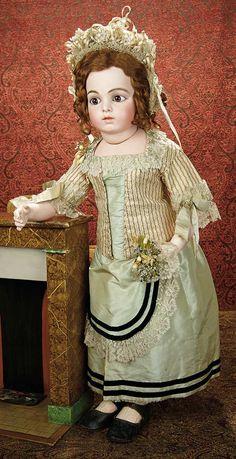 Память всех, что - Маркиз Антикварная Кукла аукциона: 8 французский стеклянный купол с фарфоровой вазой цветов из шелка