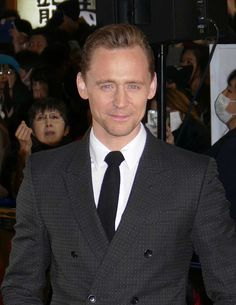 Tom Hiddleston at the Kong: Skull Island premiere in Japan, March 15 2017. (http://maryxglz.tumblr.com/post/158472365982/lolawashere-tom-hiddleston-brie-larson-and )