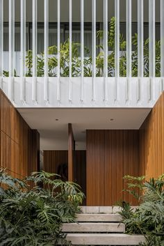 Image 5 of 13 from gallery of JZL House / Bernardes Arquitetura. Photograph by Leonardo Finotti Tropical Architecture, Facade Architecture, Residential Architecture, Design Exterior, Interior And Exterior, Modern Tropical, Modern Coastal, Coastal Style, Coastal Farmhouse