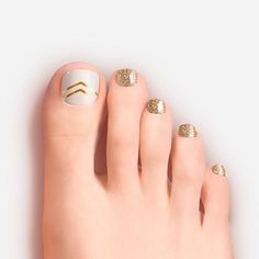 The advantage of the gel is that it allows you to enjoy your French manicure for a long time. There are four different ways to make a French manicure on gel nails. Gold Toe Nails, Pretty Toe Nails, Cute Toe Nails, Feet Nails, Pretty Toes, Toe Nail Art, White Nails, My Nails, Nail Arts