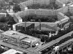 Luchtfoto van de Amsterdamse Bijlmermeer met de opgeknapte flat Gliphoeve,  17 juli 1984