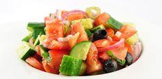 De Turske herdersalade of Coban Salatas? is een van de meest populaire salades in Turkije. Het wordt door velen beschouwd als licht, verfrissend en gemakkelijk te maken. Deze salade is vooral populair in de zomer. Dat weerhoudt mij er echter niet van om hem ook te eten als het buiten koud is. Hij is gewoon erg lekker!