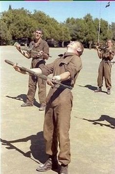 """Another """" Vasbyt """" move. Military Life, Military History, Army Pics, Parachute Regiment, Army Day, Brothers In Arms, Defence Force, Korean War, Modern Warfare"""