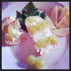 crostini di uva bianca per merenda! caprino e uva #food #wine