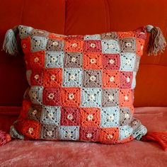 Transcendent Crochet a Solid Granny Square Ideas. Inconceivable Crochet a Solid Granny Square Ideas. Crochet Pillow Cases, Crochet Cushion Cover, Crochet Pillow Pattern, Crochet Cushions, Granny Square Crochet Pattern, Crochet Squares, Crochet Motif, Crochet Designs, Crochet Patterns