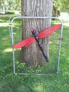 Table leg dragon fly created July 2013 by Deb Mitteis… Outdoor Crafts, Outdoor Art, Spindle Crafts, Wood Crafts, Garden Crafts, Garden Projects, Dragonfly Yard Art, Fan Blade Art, Dragon Fly Craft