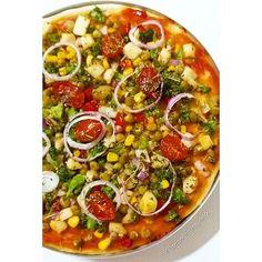 Pizza Vegana: brócolis bem picado, levemente refogado no azeite com alho, cebola e pimentão vermelho, depois de refogados, acrescentei palmito, cebola roxa, milho verde, ervilha, azeitonas e temperos desidratados.  Finalizar tomate cereja, orégano e mais cebola roxa