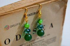 Aretes verdes, piedras naturales con cristal.