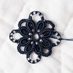 Tatted flower, with link to blog with tutorial, but not pattern. Blogs are in French.