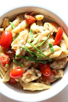 Instant Pot Chicken Margherita Pasta--Penne pasta, bites of chicken, halved grape tomatoes, balsamic vinegar, fresh basil and mozzarella all come together in a simple but totally flavorful one pot meal. I couldn't stop eating this one! Instant Pot Pressure Cooker, Pressure Cooker Recipes, Pressure Cooking, Slow Cooking, Pasta Recipes, Crockpot Recipes, Dinner Recipes, Cooking Recipes, Soup Recipes