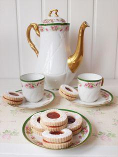Galletas con mermelada de fresa/frambuesa // Cookies with strawberry/raspeberry jam Filled Cookies, Brownie Cookies, Condensed Milk, Cookie Recipes, Tea Pots, Biscuits, Strawberry, Sweets, Chocolate