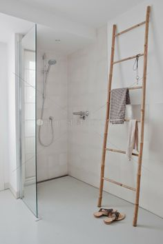 Great Bathroom Decor And Design - Top Style Decor Laundry In Bathroom, Small Bathroom, Bathroom Ladder, White Bathroom, Bathroom Ideas, Bamboo Ladders, Bathroom Styling, Beautiful Bathrooms, Bathroom Interior