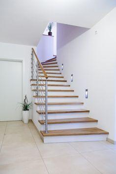 Moderne Betonstiegenverkleidung mit Reling Geländer in Edelstahl und Holzhandlauf Modern, Stairs, Home Decor, Laminate Hardwood Flooring, Panelling, Stainless Steel, Homes, House, Trendy Tree