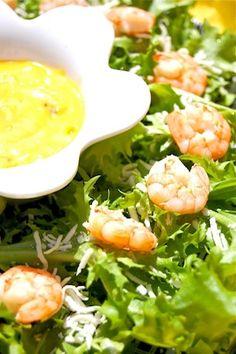 Ensalada tropical de camarones con vinagreta de mango y un toque de coco, este ingrediente le da a nuestro platillo un sabor especial.