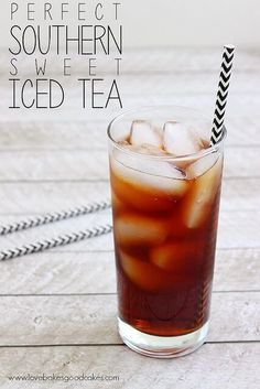 Cool off this Summer with a nice, big glass of this Perfect Southern Sweet Iced Tea! There's a simple trick to keep it from being bitter.-good I do not like bitter iced tea Sweet Tea Recipes, Iced Tea Recipes, Sweet Tea Recipe With Baking Soda, Best Iced Tea Recipe, Drink Recipes, Brownie Desserts, Mini Desserts, Refreshing Drinks, Summer Drinks