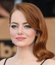 Emma Stone em dose dupla abrindo a galeria, com olho esfumado verde escuro belo e cabelo de lado com ondas bem glamour old Hollywood