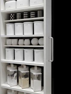 White and black, always good Kitchen Dinning, Kitchen Pantry, Kitchen Items, Kitchen Decor, Closet Organization, Kitchen Organization, Kitchen Storage, Organization Ideas, Relax