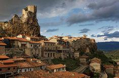"""Frías es una villa medieval de la provincia de Burgos que se encuentra en un entorno natural de gran belleza, en la falda de la llamada """"La Muela"""". En sus alrededores se encuentra el amplio Valle de Tobalina y al fondo, los montes de Petralata, Obaneres y la sierra de Oña. La zona está bañada …"""