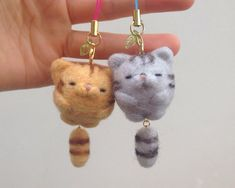羊毛フェルト トラ猫の作り方を紹介します^^今回は中級編です。しっぽがプラプラゆれるタイプのストラップです 羊毛フェルト トラ猫の作り方①(羊毛フェルトちーな) Needle Felted Animals, Felt Animals, Wet Felting, Needle Felting, Felted Wool Crafts, Felt Cat, Cat Crafts, Handmade Felt, Felt Toys