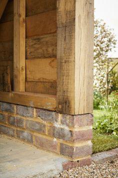 Eine großartige Aufnahme einer kürzlich gebauten Two Bay Oak Framed Garage. Oak Framed Buildings, Timber Buildings, Garden Buildings, Shed Design, Garage Design, Building Design, Timber Frame Garage, Shed Construction, Garden Workshops