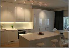 valkoinen keittiö, ehkä liian valkoinen Table, Furniture, Home Decor, Decoration Home, Room Decor, Tables, Home Furnishings, Home Interior Design, Desk
