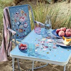Une chaise et une table fleuries/flowered chair and table