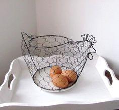 slípka hlídačka drátovaná slípka hlídačka ukotvená na keramickém talířku s bílou glazurou. krásná celoroční dekorace praktická na vejce, cibuli, ovoce .... průměr talířku 16 cm, celková délka slepice včetně ocásku 29 cm, celková výška středem 16 cm, s hřebínkem 19 cm průměr horního vkládacího oválu 14 x 12 cm materiál: černý žíhaný drát drát je ... Chicken Wire Crafts, Wire Art, Craft Work, Horn, Decorative Bowls, Sculpture, Diy, Design, Home Decor