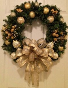 En la actualidad existen muchísimas opciones para decorar nuestra casa en navidad, las coronas navideñas son uno de esos detalles tradicionales que siempre le darán un toque lindo a la decoración de nuestros espacios,además de que puedes diseñarlas tu misma y mandarlas a hacer en tiendas de manualidades o animarte para que tu misma las puedas hacer. Así que espero que te gusten mucho todos los diseños de coronas navideñas 2017 - 2018 que encontré para compartirte y que puedas intentar alguno…
