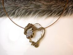 Mosadzné srdce, tepaný šperk, náhrdelník s tigrím okom