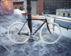 All things fixed gear. Fixi Bike, Fixed Gear Bicycle, Bike Wheel, Velo Vintage, Vintage Bikes, Push Bikes, Bike Photography, Urban Bike, Bike Style