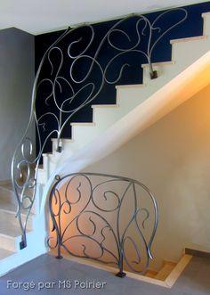 Pas de ligne droite, ferronnerie amincie, fer forgé blanc ciré... Le dessin personnalisé est la base de ce modèle allégé. Très simple à réaliser avec un peu d'expérience! #escalier #nouveau #art #forge #rampe Gaudi, Escalier Art, Art Nouveau, Decoration, Stairs, Simple, Home Decor, Iron Stair Railing, Wrought Iron Stairs