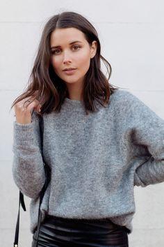Grauer Pullover für den Herbst mit einem schlichten Outfit in Schwarz und Grau